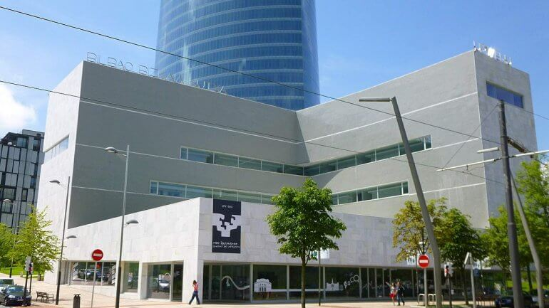 Bilbao_-_Torre_Iberdrola_y_Paraninfo_de_la_UPV-EHU_2